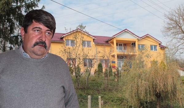 Săteni cinstiţi de noul primar cu mii de sarmale şi un taur la tavă în Zalha (VIDEO)