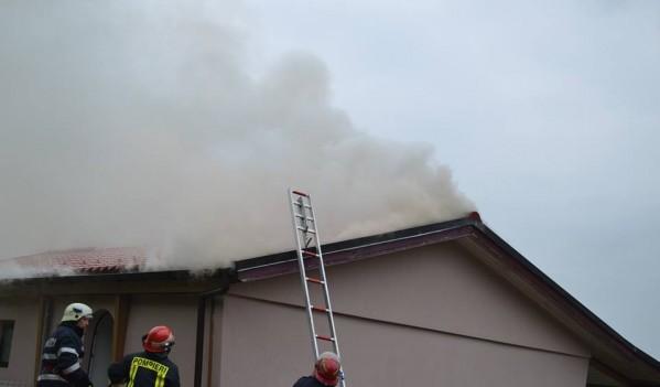 Acoperișul unei case din Meseșenii de Jos a fost cuprins de flăcări