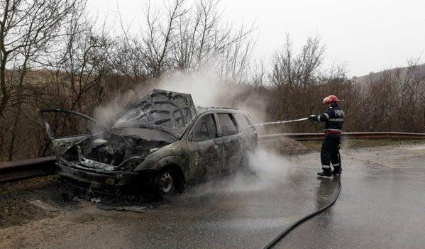 Un autoturism a ars azi pe Meseș