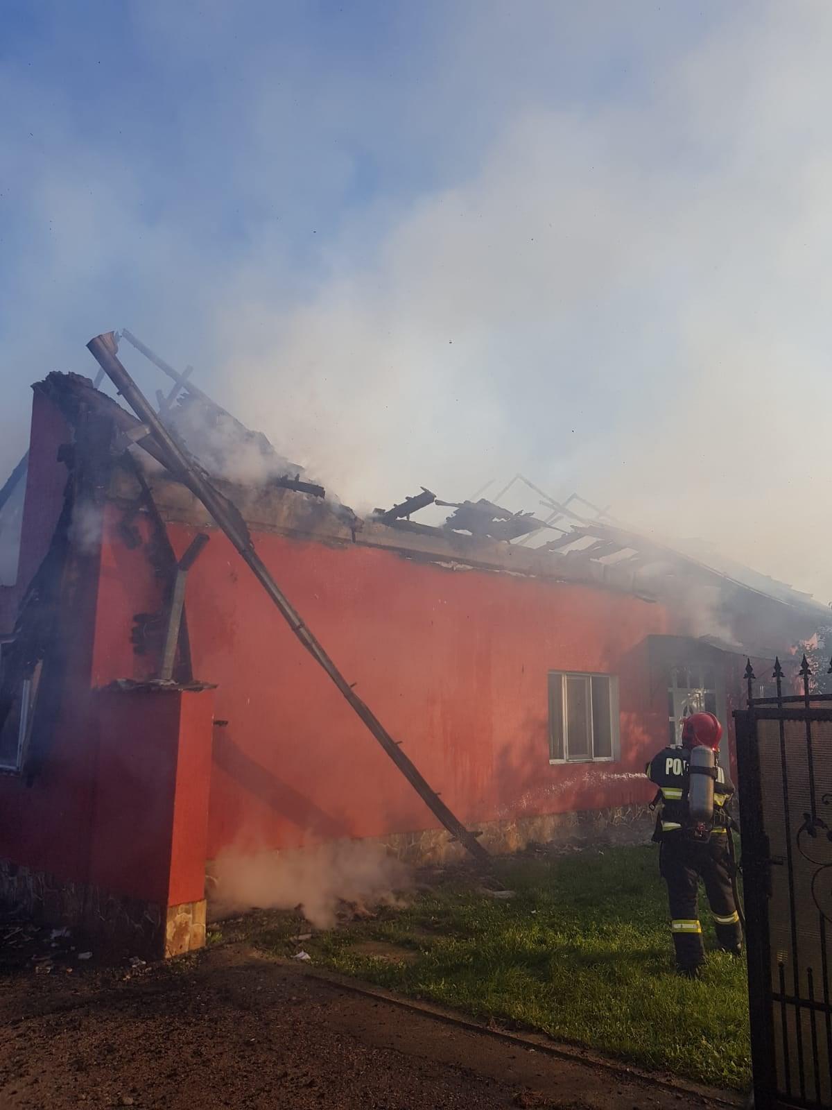 Incendiu de proporții la un imobil din localitatea Românași